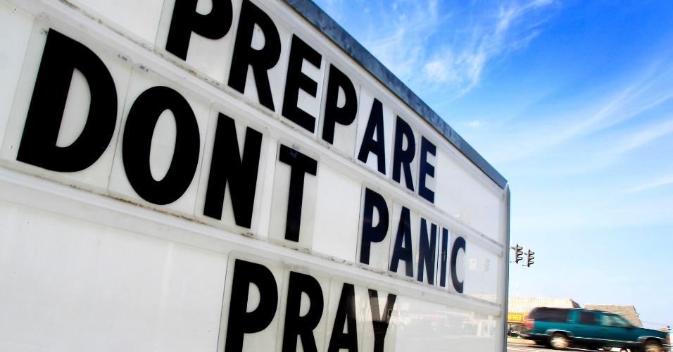 27.ago.2012 - Placa é vista em uma estrada em Louisiana, nos EUA, com a frase: 'Prepare-se. Não entre em pânico. Reze'. O aviso refere-se à aproximação da tempestade tropical Isaac, que avança em direção ao Golfo do México, e deve se tornar um furacão, entre a Flórida e a Louisiana, já nesta terça-feira, segundo o Centro Nacional de Furacões dos EUA