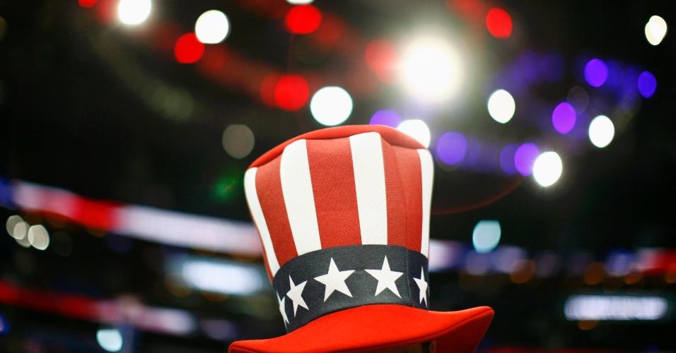 27.ago.2012 - Simpatizante de Ron Paul, pré-candidato republicano às presidenciais norte-americanas, usa chapéu patriota durante a Convenção Nacional do Partido Republicano, realizada em Tampa, na Flórida
