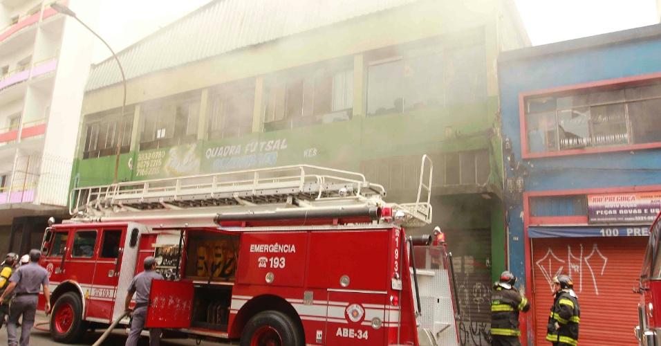 27.ago.2012 - Um incêndio atingiu uma loja de motos na rua Guaianases, no bairro da República, no centro de São Paulo, na manhã desta segunda-feira (27). Não houve feridos. As causas do incêndio estão sendo investigadas
