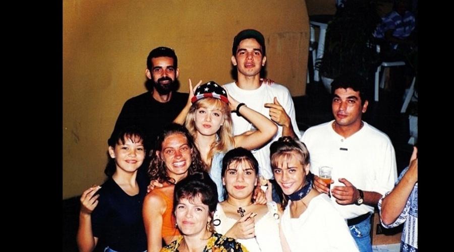 Angélica divulgou uma imagem antiga na qual aparece ao lado de famosos como Geovanna Tominaga, Juliana Silveira e Otaviano costa (27/8/12)