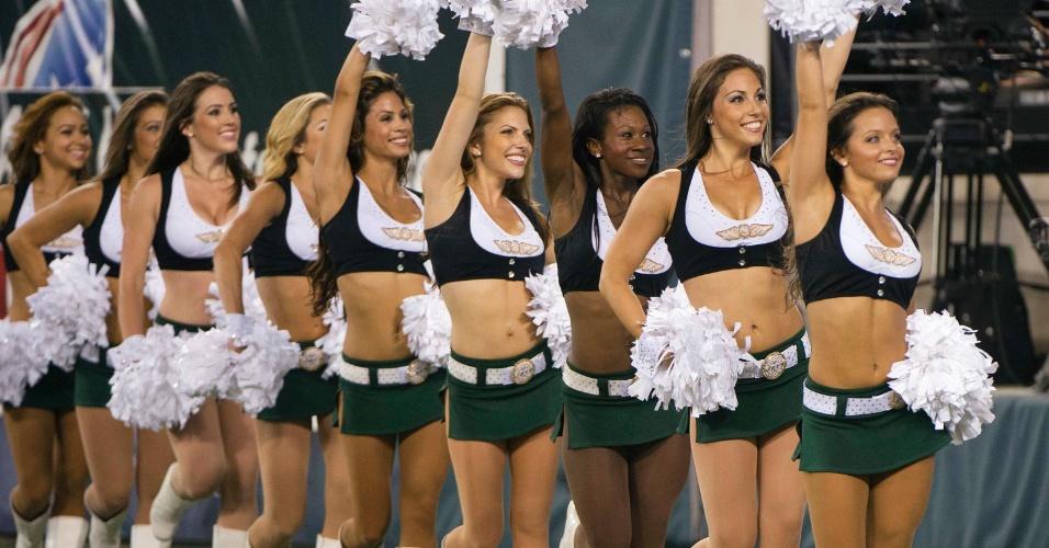 As meninas do Flight Crew se apresentam durante partida entre New York Jets e Carolina Panthers