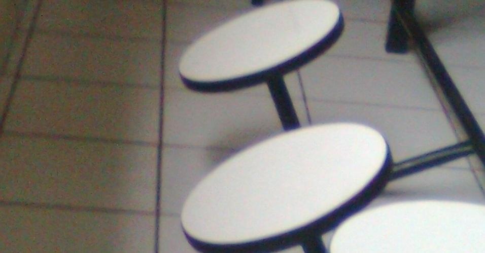 27.ago.2012 - Bancos quebrados do refeitório da escola