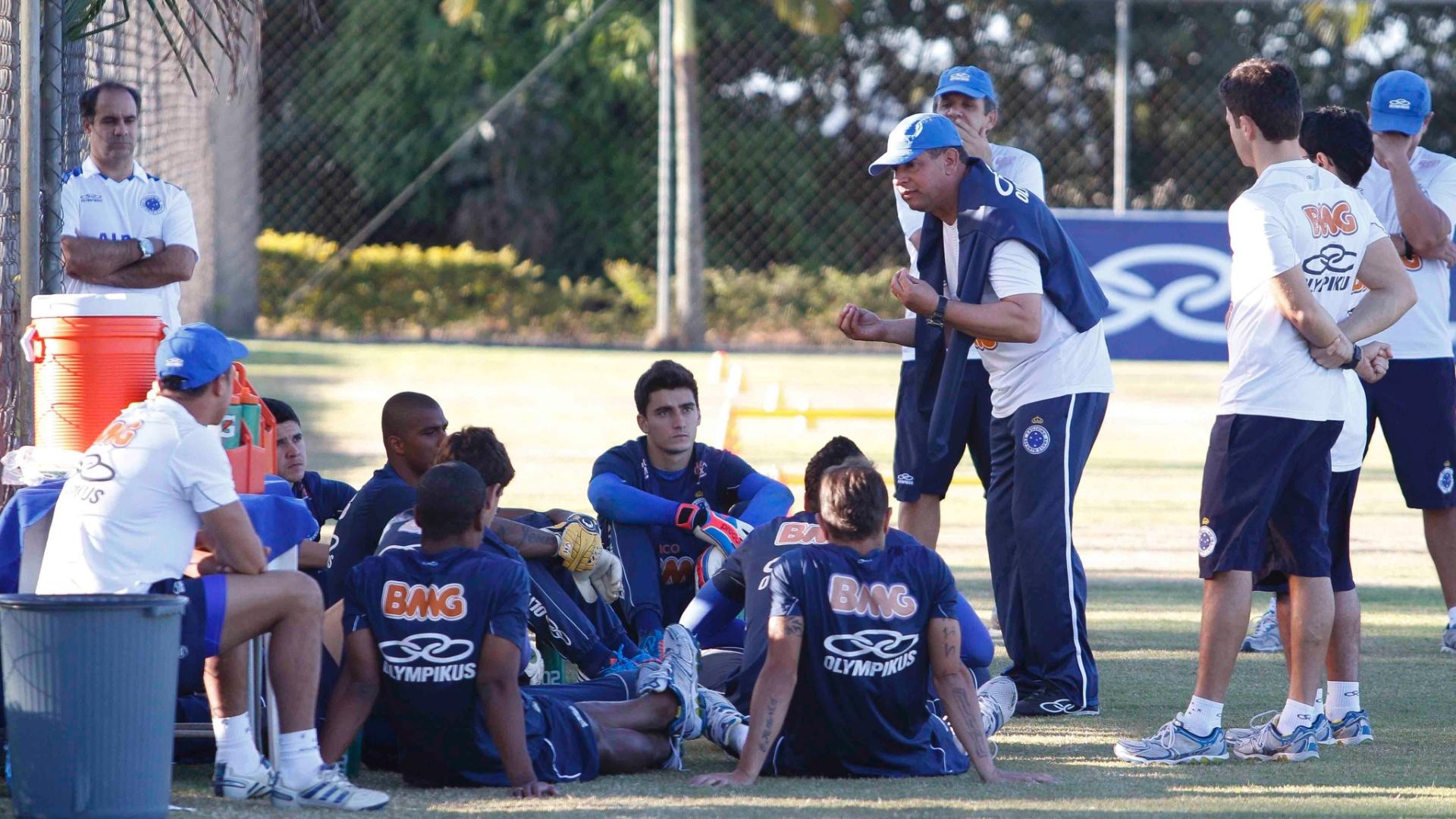 Celso Roth conversa com o elenco celeste na Toca da Raposa II (27/8/2012)