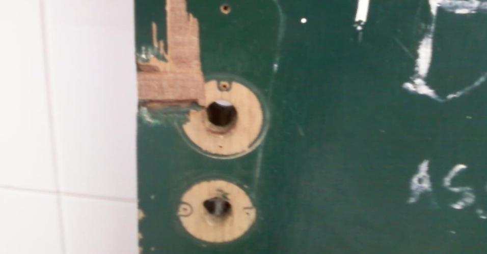 27.ago.2012 - ...e, que onde deveria estar a fechadura do banheiro feminino, não havia nada...