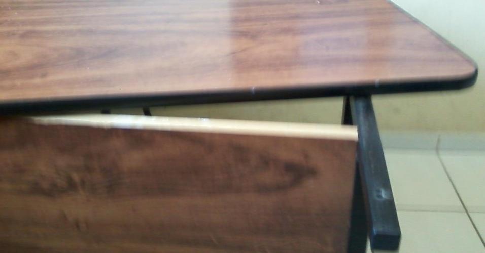 """27.ago.2012 - """"Essa é a mesa dos professores, que é solta, e cai, às vezes. Quando alguns se apoiam, ela acaba caindo. Imagina o que não acontece: tudo cai no chão -trabalhos, provas etc."""""""