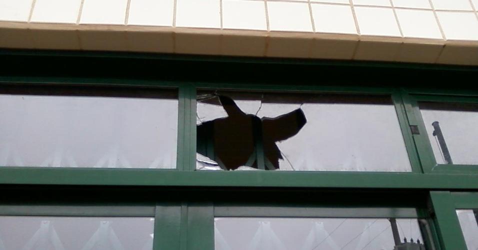 """27.ago.2012 - """"Essa janela fica bem na frente da escola e eles não têm vergonha de mostrar. Eu sei: às vezes, os alunos quebram e não dá para descobrir quem foi. Mas dá para arrumar, nada é impossível. Às vezes, eles pedem dois reais de cada aluno pra arrumar a escola e compram um radio. Acho que é melhor um vidro"""""""