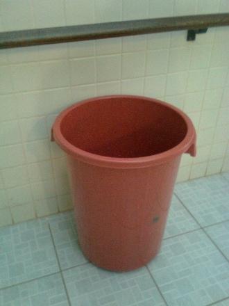 """27.ago.2012 - """"Esse é um dos lixos da nossa escola que usam como balde para as goteiras"""", diz"""