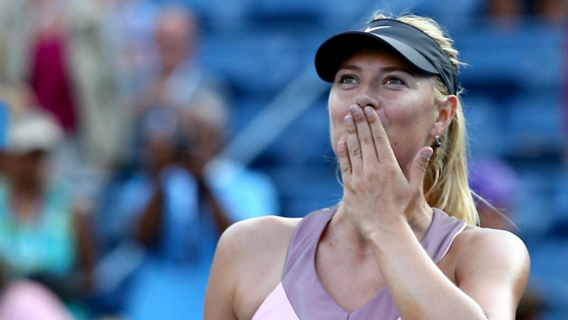 Maria Sharapova manda beijinhos para a torcida após vencer Melinda Czink em sua estreia no Aberto dos EUA