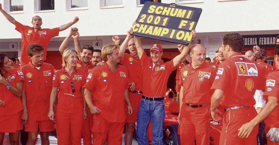 Michael Schumacher comemora o título mundial de 2001