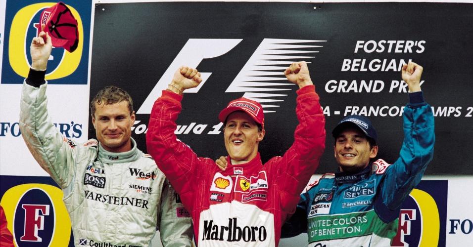 Michael Schumacher comemora sua vitória no GP da Bélgica de 2001 ao lado de David Coulthard e Giancarlo Fisichella