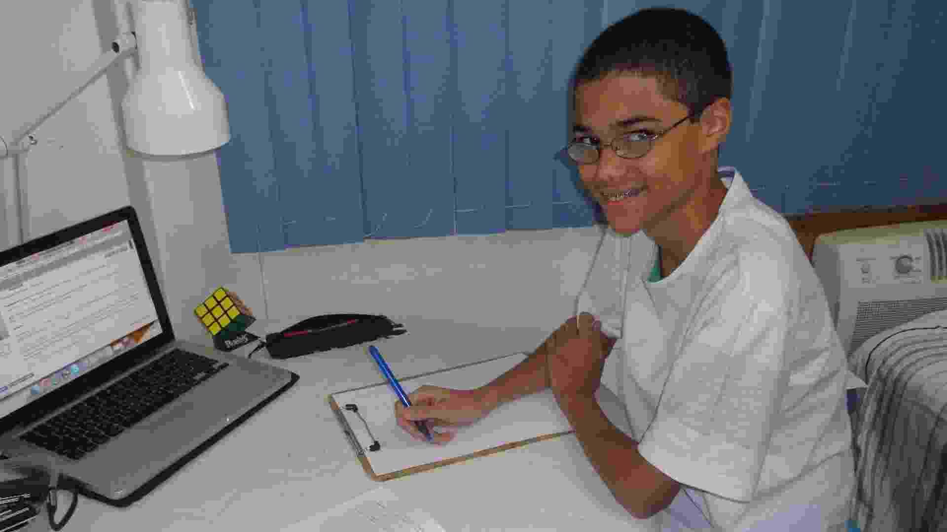 O carioca Daniel Santana Rocha tem apenas 15 anos, estuda em escola pública, é filho de professores e ganhou, no mês passado, a medalha de ouro na Olimpíada de Matemática da Comunidade dos Países da Língua Portuguesa, disputada em Salvador - Felipe Martins/UOL
