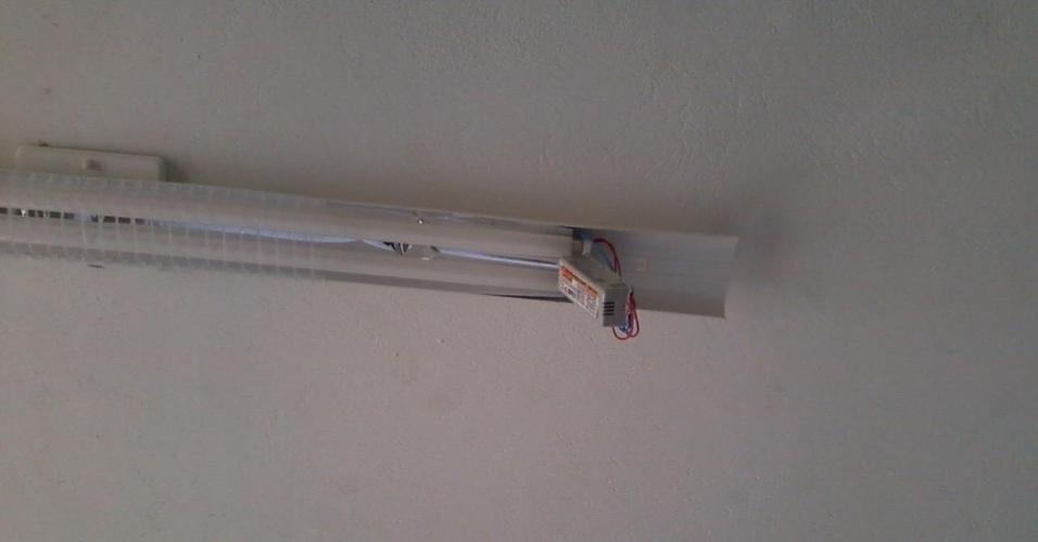 27.ago.2012 - Situação de uma das lâmpadas da escola