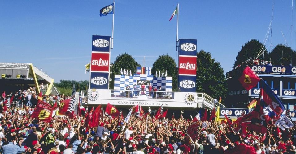 Torcida da Ferrari comemora a vitória de Schumacher no GP da Itália de 1996