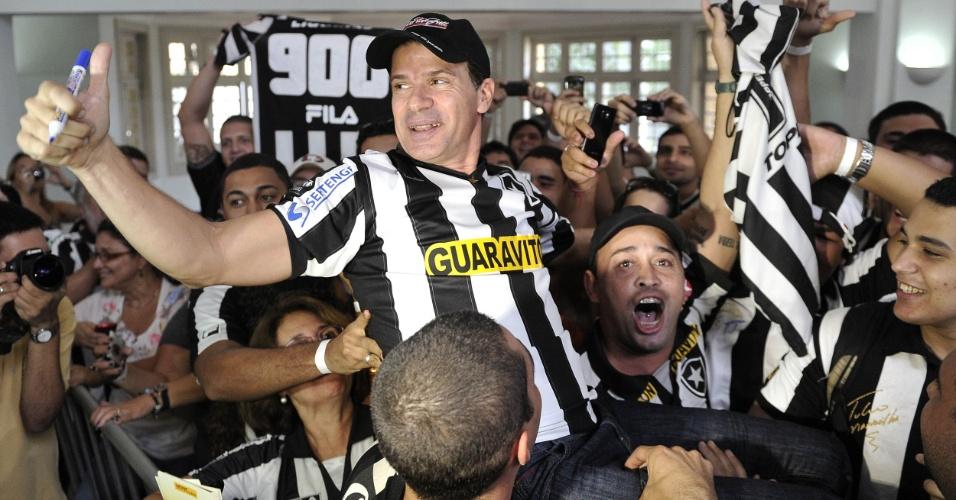 Túlio é carregado por torcedores na sua apresentação no Botafogo; atacante segue na busca pelo milésimo gol