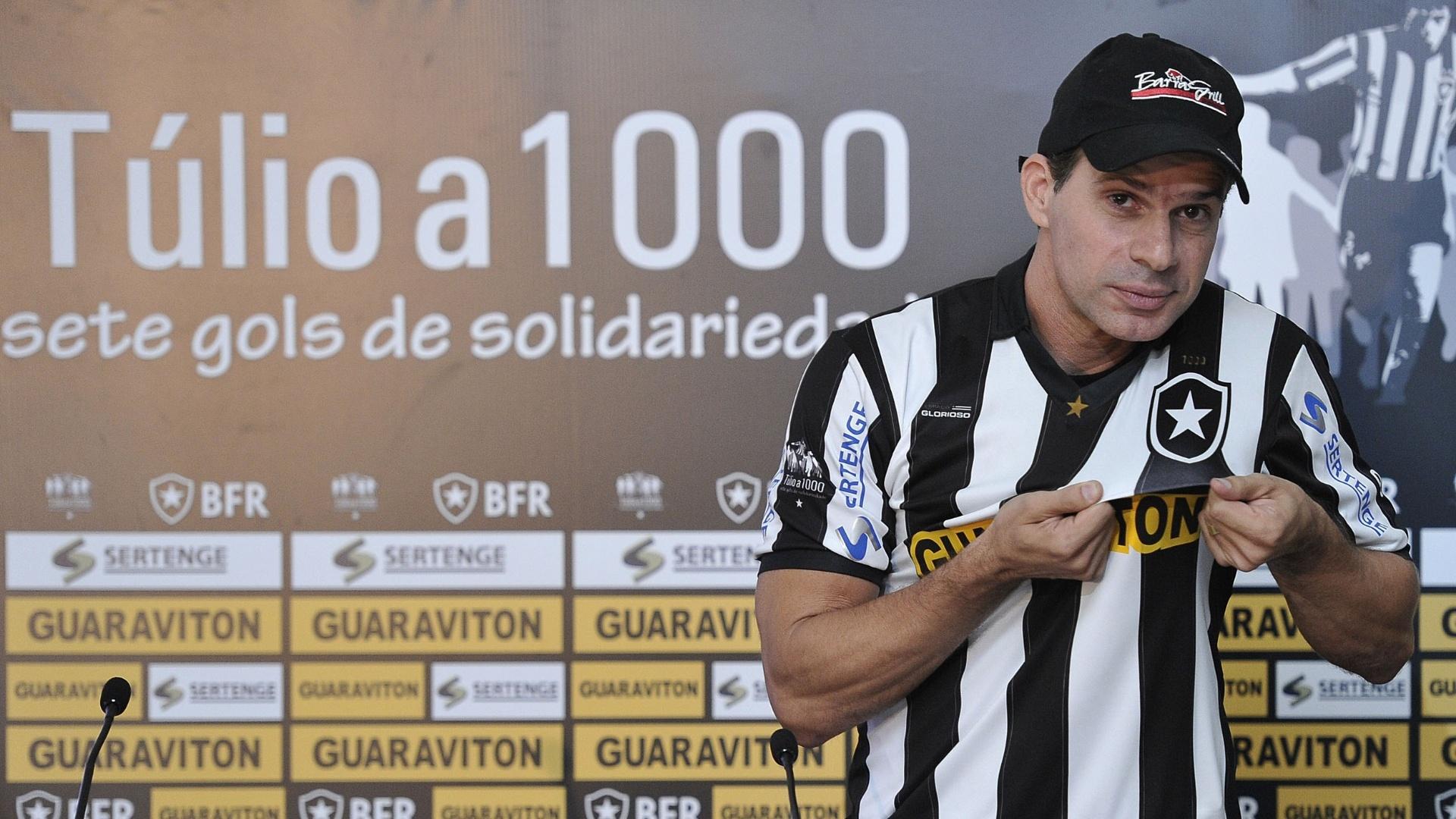 Túlio foi apresentado pelo Botafogo e tentará marcar o milésimo gol da carreira com a camisa alvinegra