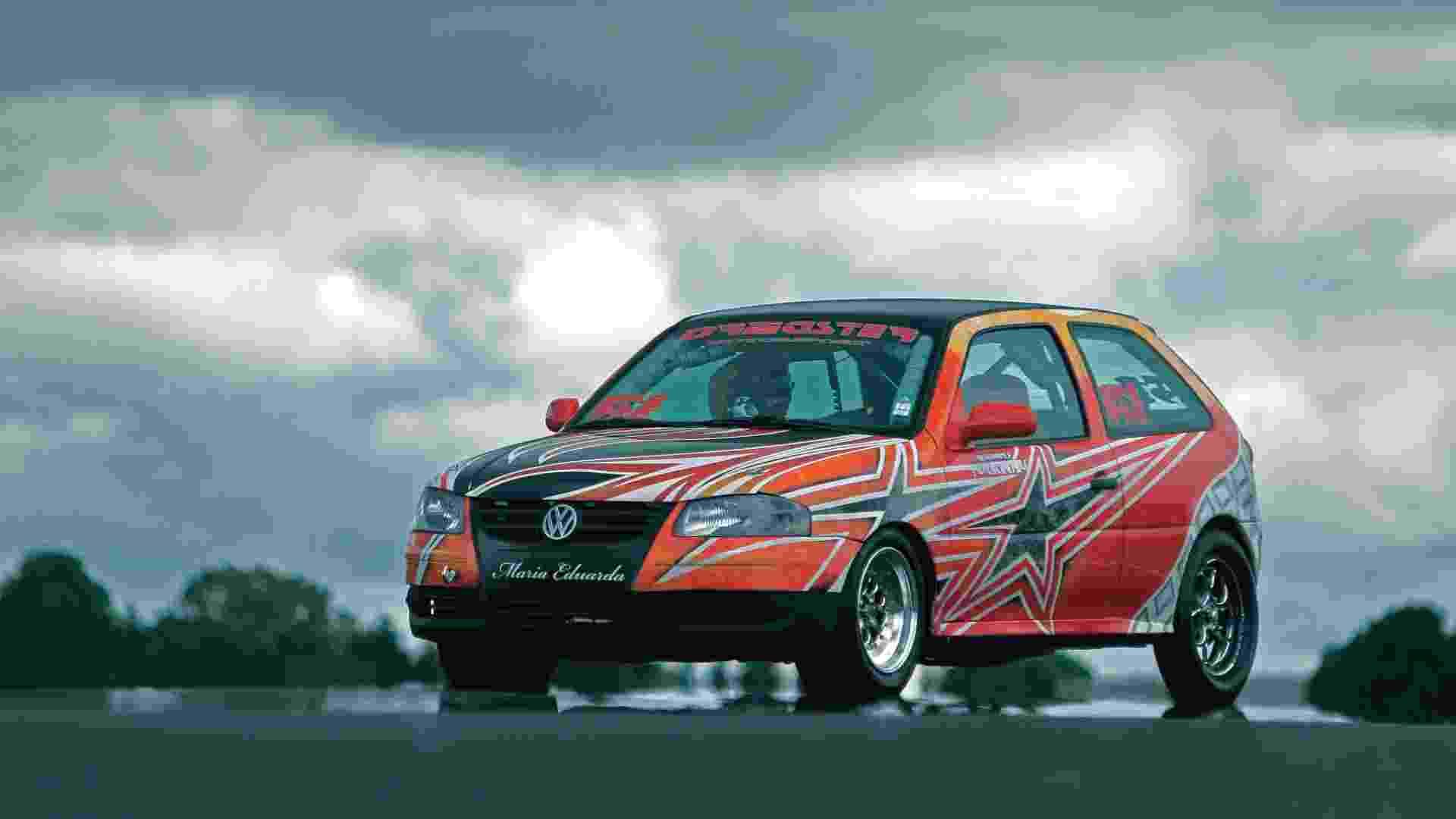 Volkswagen Gol G4 preparado para arrancada leva nome de Maria Eduarda, musa inspiradora, no para-choque. Com coletor de admissão dual plenum acoplado ao cabeçote, comando de válvulas Carlini Competizione e três quilos de pressão de turbo, motor AP 2.0 de fluxo cruzado chega aos 9.000 giros com muito vigor e alcança 756 cv com etanol - Luciano Falconi/Fullpower