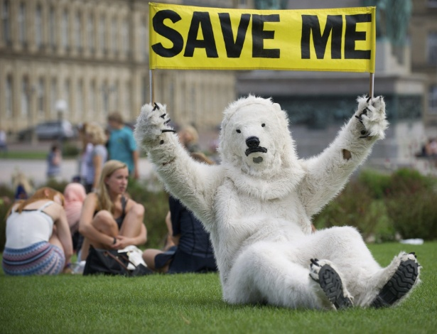 28.ago.2012 - Ativista do Greenpeace se fantasia de urso polar em praça de Stuttgart, na Alemanha, nesta terça-feira (28). A organização iniciou campanha mundial em alerta para o degelo recorde do Ártico. A região, segundo cientistas da Nasa (agência espacial norte-americana), já perdeu mais gelo marinho neste ano do que em qualquer outro período desde que registros por satélite começaram a ser feitos em 1979