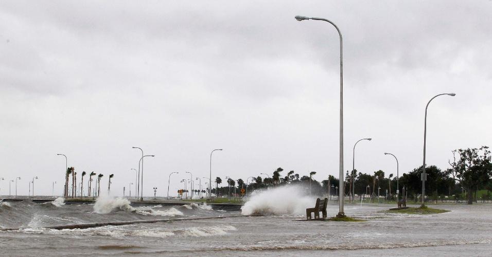 28.ago.2012 - Maré alta causa inundação em área próxima à costa de Lake Pontchartrain, na cidade de Nova Orleans, na Louisiana, nos EUA, nesta terça-feira (28). A tempestade Isaac se transformou em furacão de categoria 1