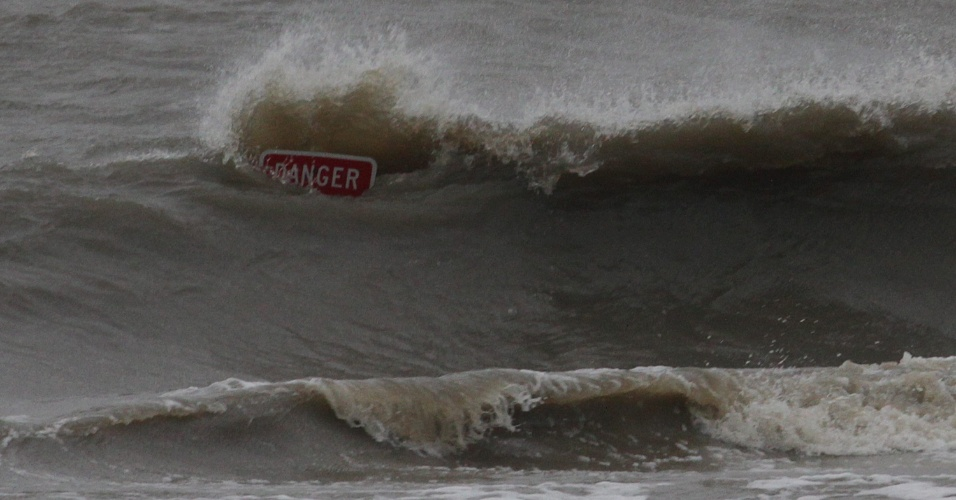 28.ago.2012 - Ondas produzidas pelo furacão Isaac em Biloxi, no Estado de Mississippi, nos EUA