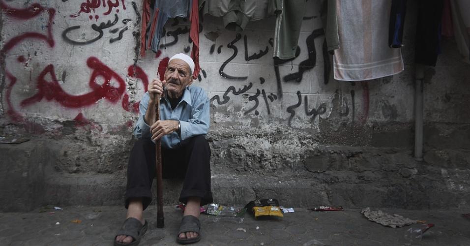 28.ago.2012 - Palestino no campo de refugiados de Jebaliya, no norte da Faixa de Gaza