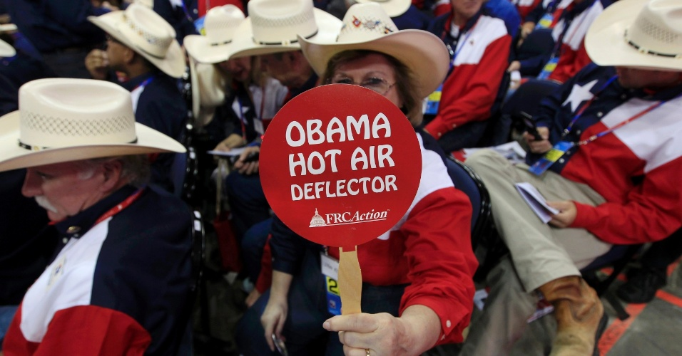 28.ago.2012 - Representante do Estado do Texas segura placa com referência ao presidente dos EUA, Barack Obama, na Convenção Nacional do Partido Republicano, em Tampa, na Flórida (EUA), nesta terça-feira (28). A Convenção Republicana deve escolher Mitt Romney como adversário de Barack Obama nas eleições presidenciais