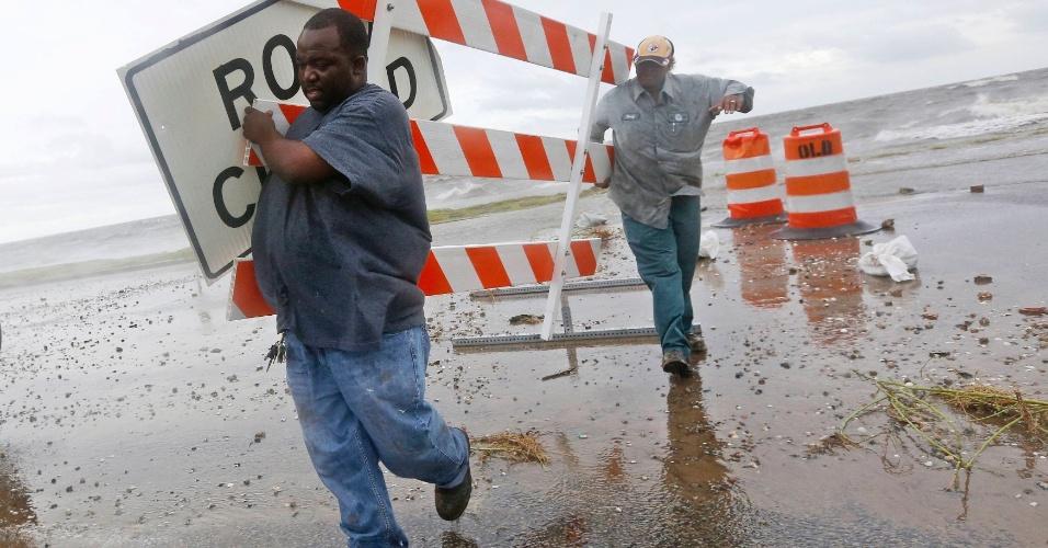 28.ago.2012 - Trabalhadores removem placas em Lake Pontchartrain, na cidade de Nova Orleans, nos EUA. A tempestade Isaac se transformou em furacão de categoria 1 e deverá passar pela cidade norte-americana nesta terça-feira (28), sete anos após a passagem do furacão Katrina