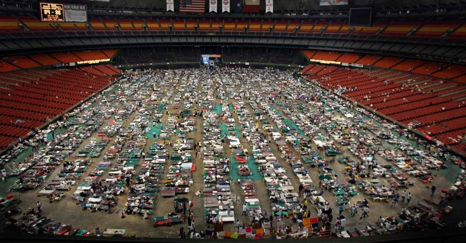 2.set.2005 - Vítimas do furacão Katrina foram alojadas no estádio Astrodome, em Houston, Texas (EUA). Cerca de 16 mil pessoas evacuadas de suas residências recebiam alimento e abrigo no local
