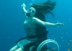 Artista paraplégica faz performance sobre cadeira de rodas debaixo d'água