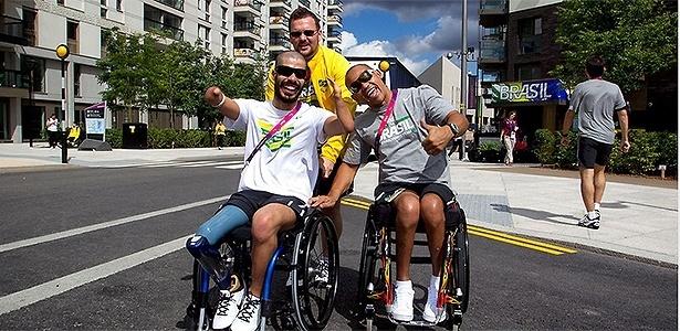 Atletas brasileiros se locomovem pela Vila Paraolímpica de Londres antes dos Jogos 2012
