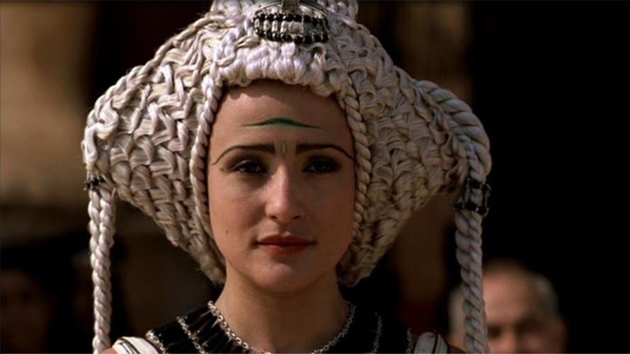 Enrolada num tapete. Foi como Cleópatra (Lyndsey Marshal) se apresentou e conquistou Julio César. A rainha egípcia, famosa por sua capacidade de sedução, conquistou o mandatário romano e se tornou sua amante, exercendo forte influência sobre Roma. Com a morte de Julio César, retornou para Alexandria e esperou por Marco Antônio, despertando a ira do Senado.