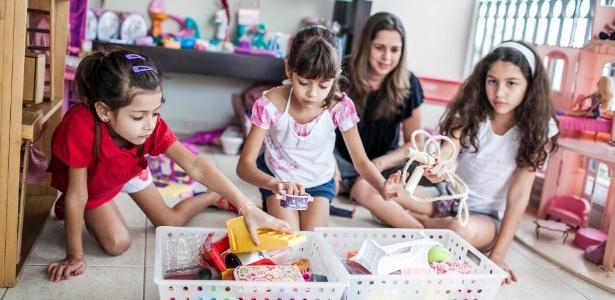Para Renata Sanches, pedagoga e mãe de três filhas, quando a criança aprende que dá trabalho manter o quarto arrumado e a sala organizada, provavelmente aprenderá também a manter as coisas em ordem  - Marcos Zanutto/UOL