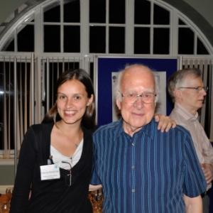 Flavia Dias, pós-graduanda da Unesp, com Peter Higgs, em evento na Escócia no último dia 22 - Divulgação