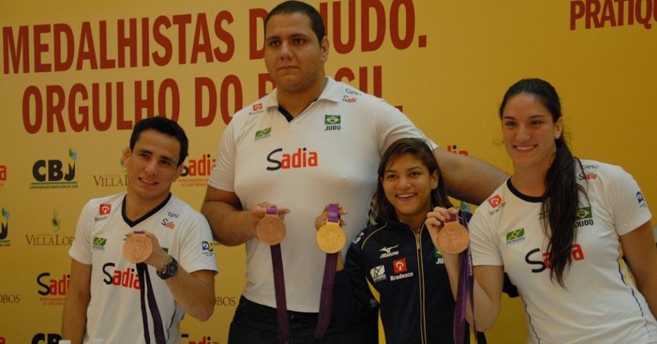 Judocas exibem medalhas conquistadas nos Jogos Olímpicos de Londres