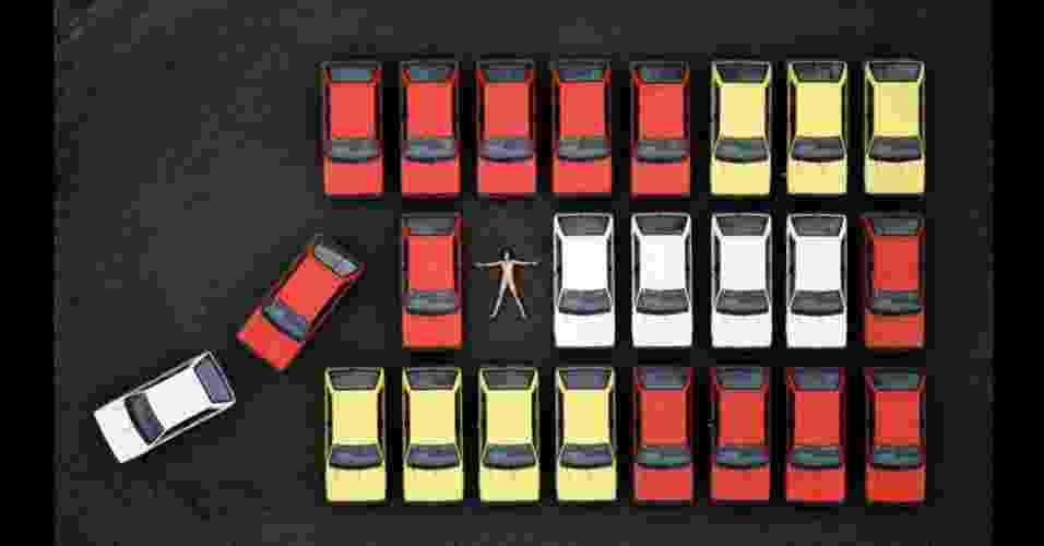 Para obter a foto abaixo, Crawford teve que organizar 12 carros Subaru vermelhos, amarelos e brancos, todos da mesma linha de produção, em filas que havia marcado cuidadosamente, de acordo com seu esboço de como seria a imagem - John Crawford