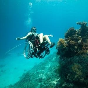 """Sue, paraplégica desde 1996, criou a performance artística sobre cadeira de rodas debaixo d""""água - Divulgação/Wearefreewheeling.org.uk"""