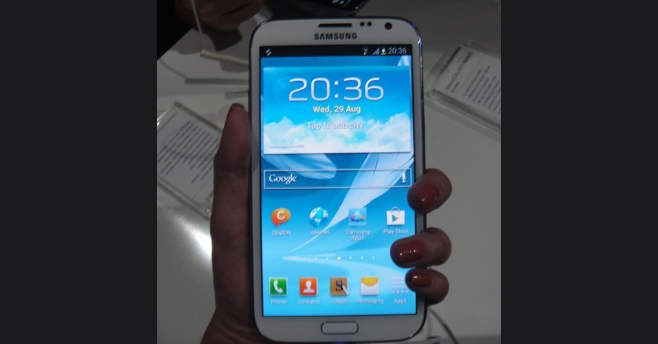 29.ago.2012 -- Samsung apresentou o Galaxy Note II, um híbrido de smartphone e tablet. O aparelho tem uma tela de 5,5 polegadas (formato 16:9), processador quad-core (quatro núcleos) de 1,6 GHz, 2 GB de memória RAM e virá com o sistema operacional Android Jelly Bean, lançado no mês de julho pelo Google. Tem também câmera de 8 megapixels e caneta S Pen. Chegará ao Brasil em outubro, por preço ainda não divulgado