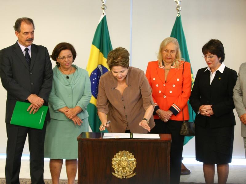 29.ago.2012 - A presidente Dilma Rousseff durante cerimônia na qual sancionou a lei de cotas em universidades federais para alunos do ensino público, nesta quarta-feira (29), em Brasília