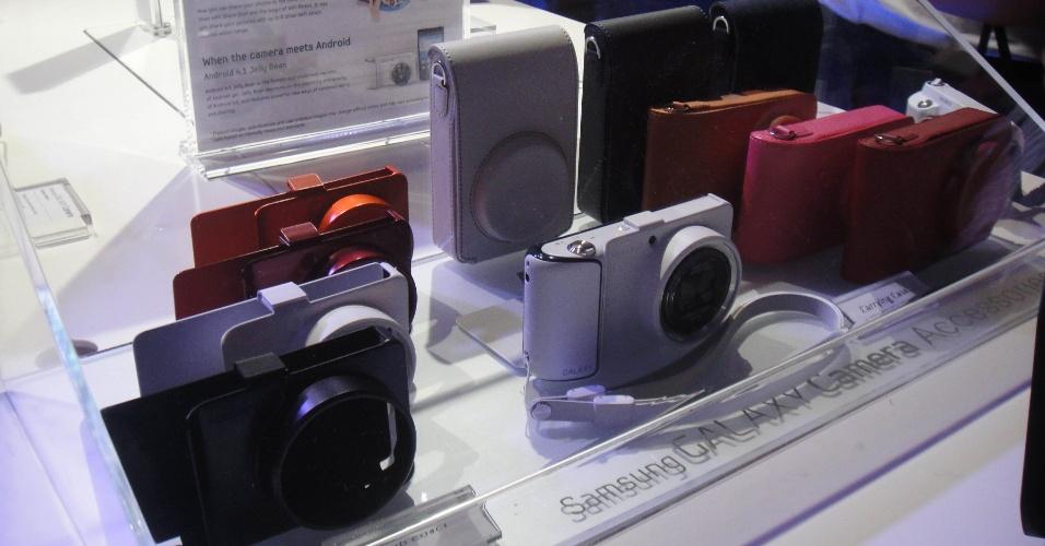 29.ago.2012 - A Samsung apresentou a chamada Galaxy Camera, uma câmera fotográfica com 16 megapixels e tela de 4,8 polegadas que roda o sistema operacional Android, versão Jelly Bean. O produto -- que acessa a internet via Wi-Fi ou redes 3G e 4G -- rodará aplicativos, facilitando a edição de imagens. Acima, capas para a novidade