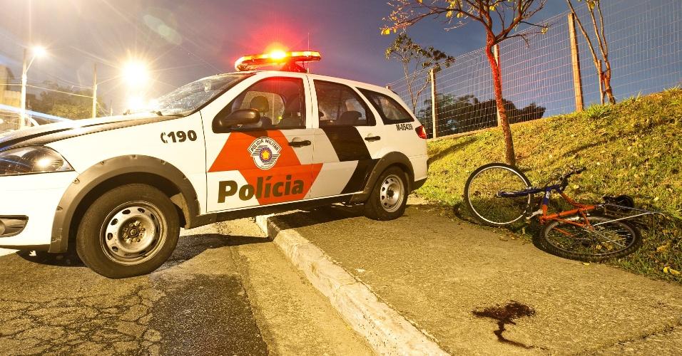 29.ago.2012 - Adolescente foi baleado após ser abordado por criminosos na madrugada desta quarta-feira (29), que tentaram roubar sua bicicleta na avenida Luis Drummont Villares, na zona norte de São Paulo. Segundo a polícia, ele não quis entregar a bicicleta aos bandidos
