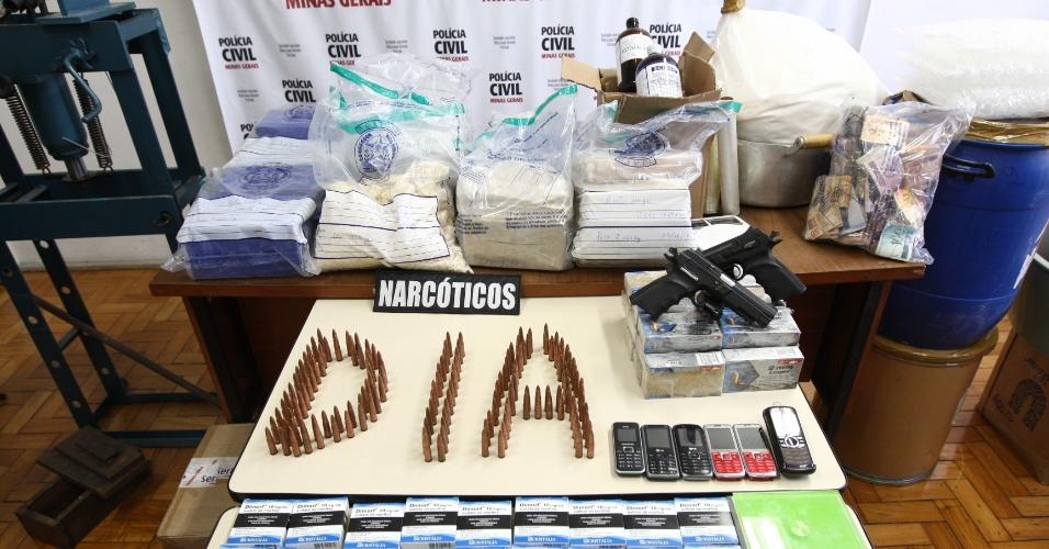 29.ago.2012 - Após três meses de investigação, policiais civis desmancharam um laboratório de refino de cocaína e crack que funcionava no bairro Leblon e abastecia toda a zona norte de Belo Horizonte (MG). A quantidade de droga apreendida poderia render aos criminosos R$ 1 milhão. Também foram apreendidas pistolas israelenses e 150 balas calibre 7.62 para fuzil automático AK-47