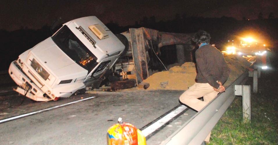 29.ago.2012 - Carreta carregada de areia tombou na madrugada desta quarta-feira (29), no km 26 do rodoanel, sentido rodovia dos Bandeirantes, próximo a Cotia (SP)