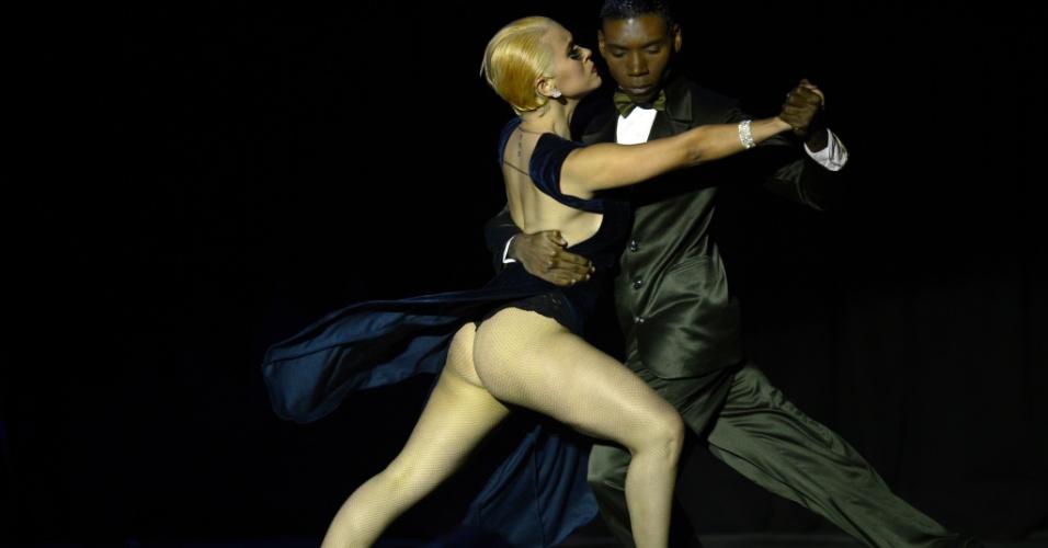 29.ago.2012 - Dupla colombiana Jorge Andres Padilla Mayo e Ana Zoraida Gomez Diaz dançam tango durante final de competição mundial em Buenos Aires, na Argentina