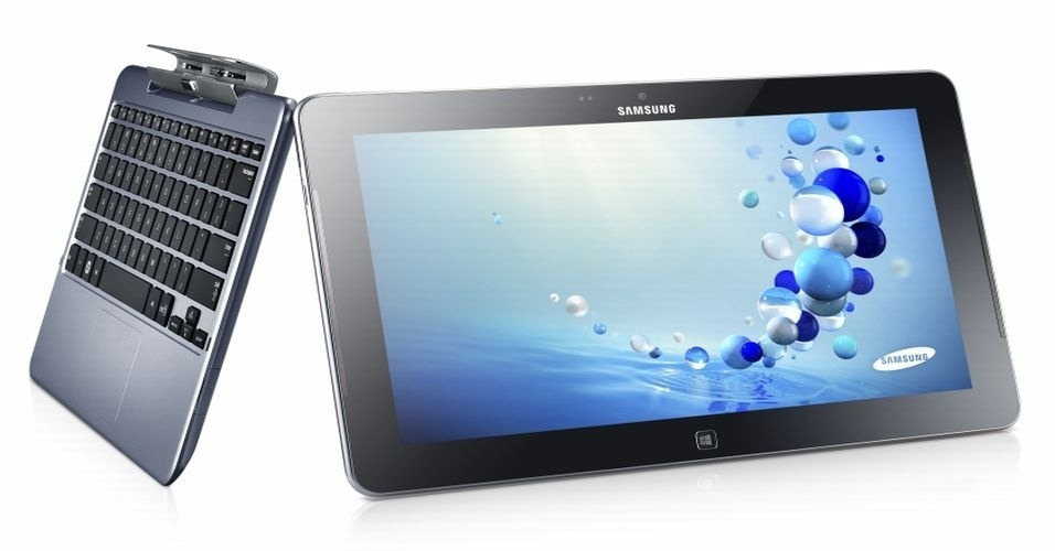 29.ago.2012 - Em dia cheio de apresentações da Samsung, a fabricante sul-coreana apresentou o hibrido ATIV Smart PC, com sistema operacional Windows 8. O aparelho conta com tela de 11,5 polegadas e um teclado que pode ser desacoplado do tablet graças a um dispositivo magnético