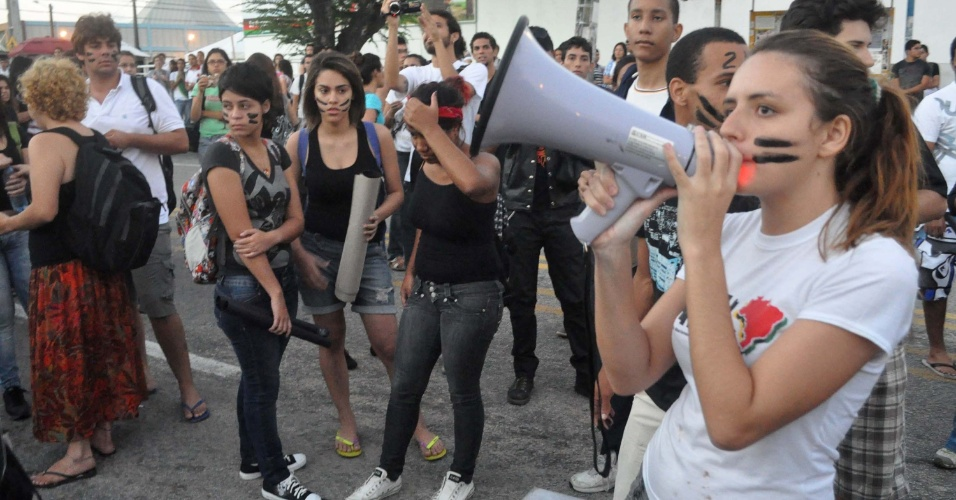29.ago.2012 - Estudantes protestam contra o aumento da tarifa de ônibus às margens da rodovia BR-101 no bairro Mirasssol, em Natal (RN), nesta quarta-feira (29)