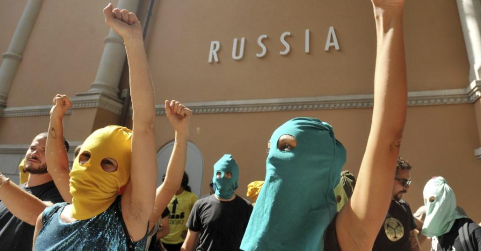 29.ago.2012 - Grupo de ativistas fazem manifestação em apoio ao grupo Pussy Riot, nos arredores do pavilhão russo da Bienal de Arquitetura em Veneza, na Itália