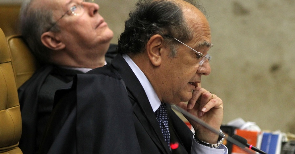 29.ago.2012 - O ministro Gilmar Mendes lê seu voto durante o julgamento do mensalão, no Supremo Tribunal Federal (STF), nesta quarta-feira (29). Mendes votou pela condenação de quatro réus por desvios no Banco do Brasil