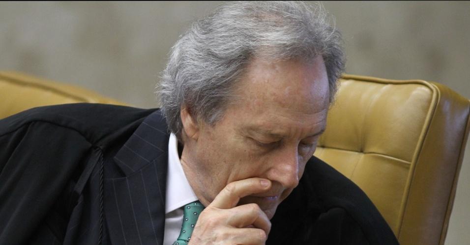 29.ago.2012 - O ministro Ricardo Lewandowski ouve a leitura do voto do ministro Cezar Peluso durante a sessão da 5ª semana do julgamento do mensalão, nesta quarta-feira (29)