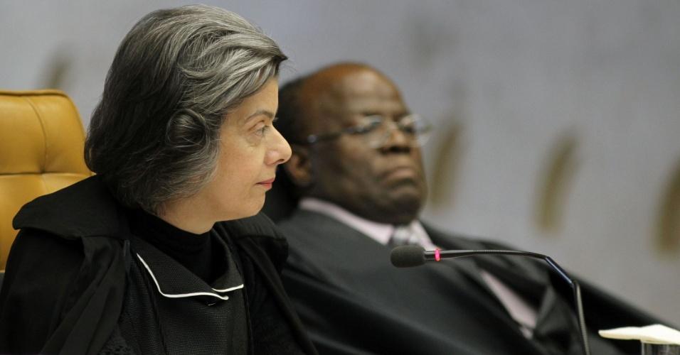 29.ago.2012 - Os ministros Cármen Lúcia e Joaquim Barbosa acompanham a leitura do voto do ministro Cezar Peluso durante a sessão da 5ª semana do julgamento do mensalão, nesta quarta-feira (29)