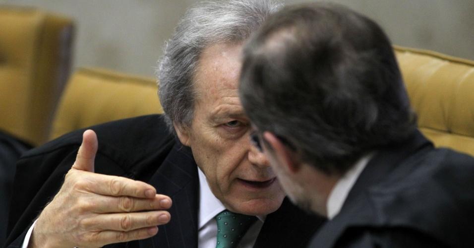 29.ago.2012 - Os ministros Ricardo Lewandowski e Dias Toffoli conversam durante sessão da 5ª semana do julgamento do mensalão, nesta quarta-feira (29)