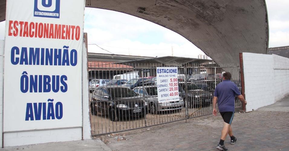 29.ago.2012 - Placa de estacionamento anuncia vaga para caminhão, ônibus e avião na avenida Jaguaré, zona oeste de São Paulo